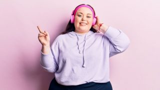 plus size mom listening to a plus size mom podcast